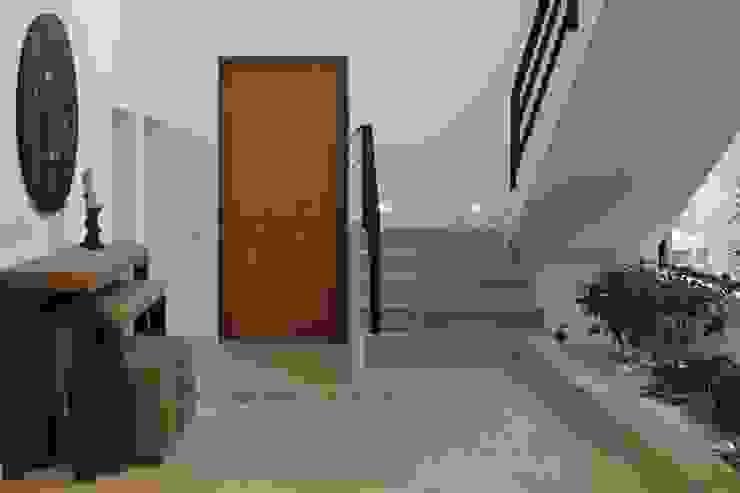 ミニマルスタイルの 玄関&廊下&階段 の homify ミニマル