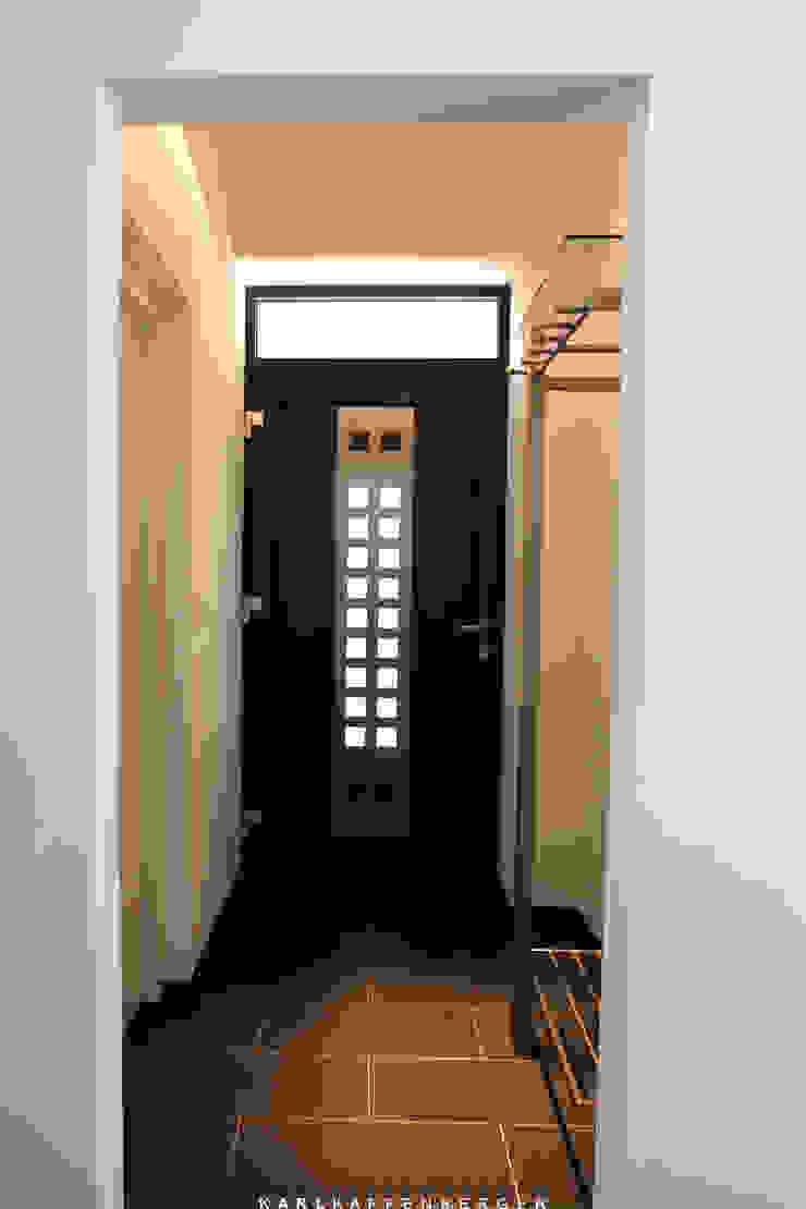 Corredores, halls e escadas modernos por Karl Kaffenberger Architektur | Einrichtung Moderno