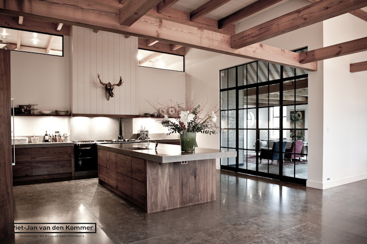 Country style kitchen by Piet-Jan van den Kommer Country