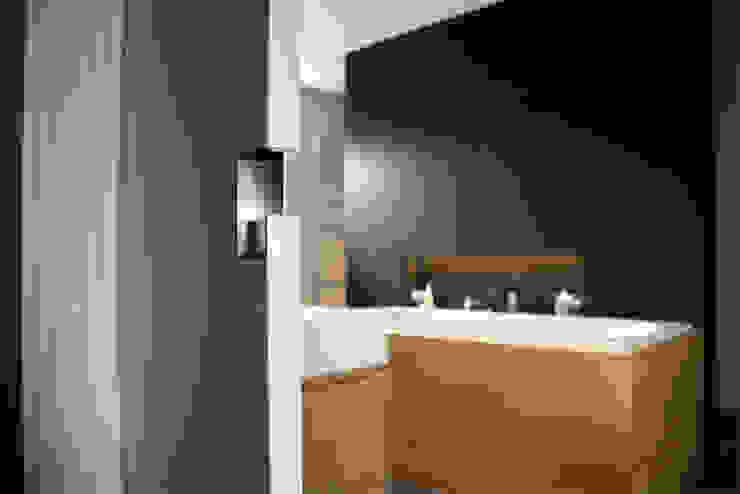Notariswoning Moderne badkamers van a-LEX Modern