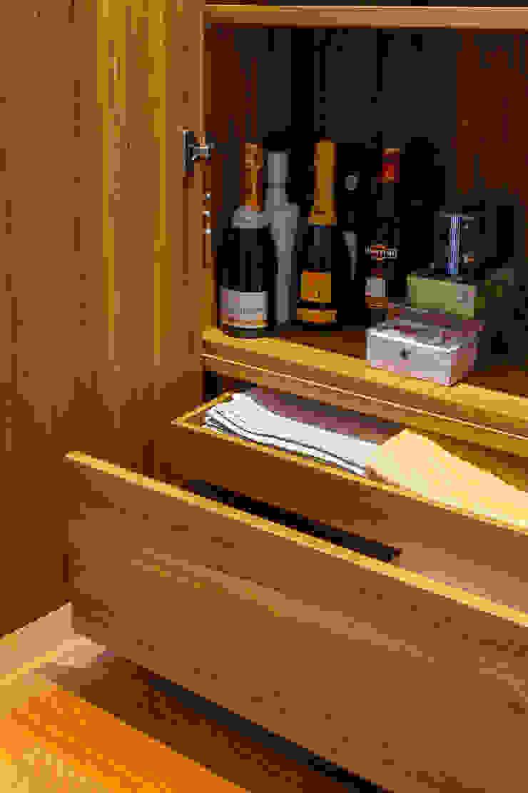 Pormenor do Inteiror do Móvel de sala em Teka por Traço Magenta - Design de Interiores Moderno