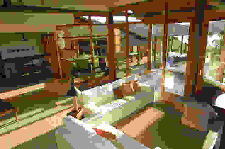 Salas de estilo tropical de Mascarenhas Arquitetos Associados Tropical