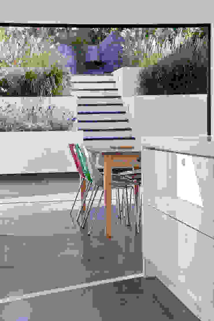 Maldon Road, Exterior Modern garden by David Nossiter Architects Modern