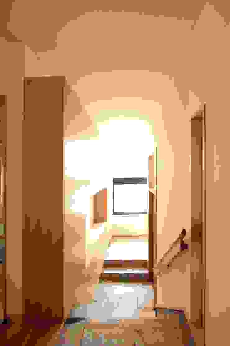 敷地の高低差を解消する玄関 オリジナルスタイルの 玄関&廊下&階段 の 中川龍吾建築設計事務所 オリジナル