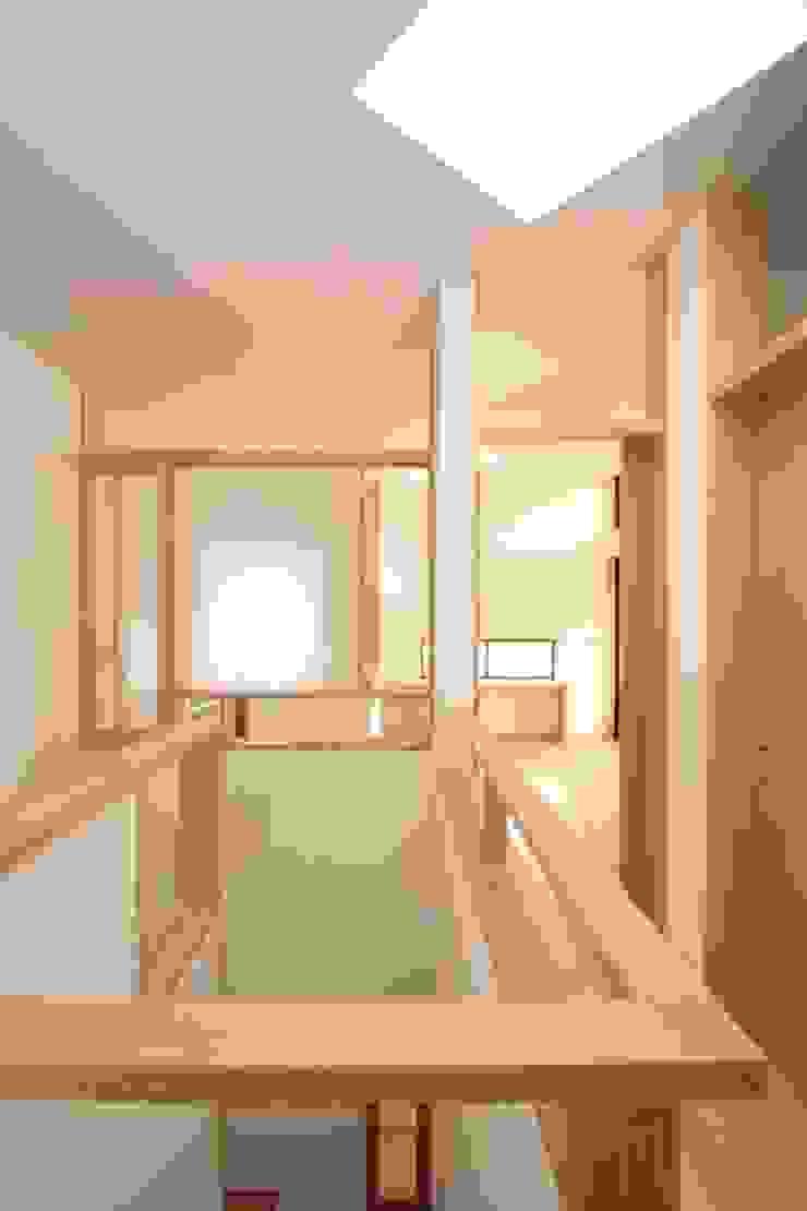 明るい階段室 北欧スタイルの 玄関&廊下&階段 の 中川龍吾建築設計事務所 北欧