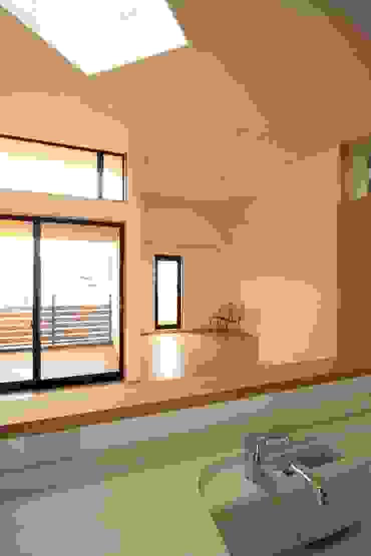 リビング、ダイニング 北欧デザインの リビング の 中川龍吾建築設計事務所 北欧