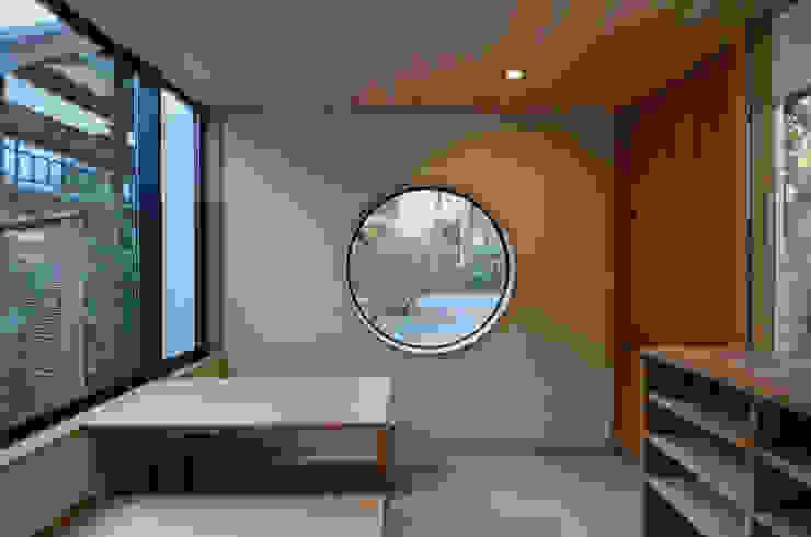 玄関(檀家用) 中川龍吾建築設計事務所 クラシカルな 庭