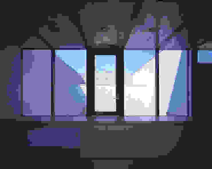 2階展示空間越しに中庭を見る ミニマルな商業空間 の atelier o ミニマル
