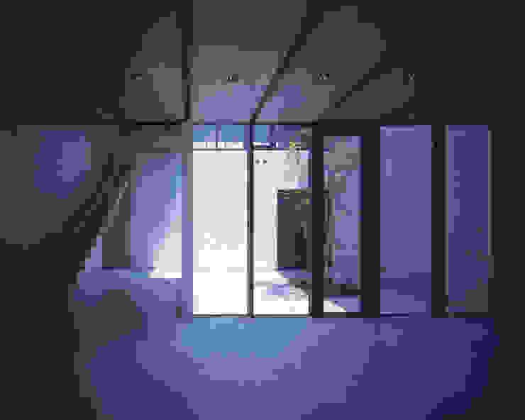 中庭と吹抜の階段 ミニマルな商業空間 の atelier o ミニマル