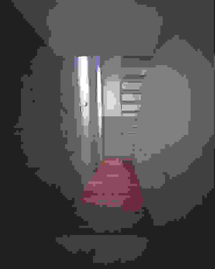 居住空間の吹抜と階段 ミニマルな商業空間 の atelier o ミニマル