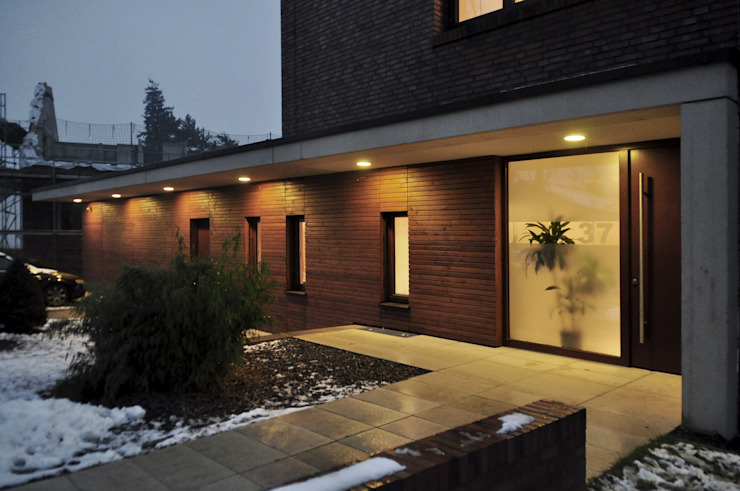 Eingang am Abend Moderne Häuser von Lecke Architekten Modern