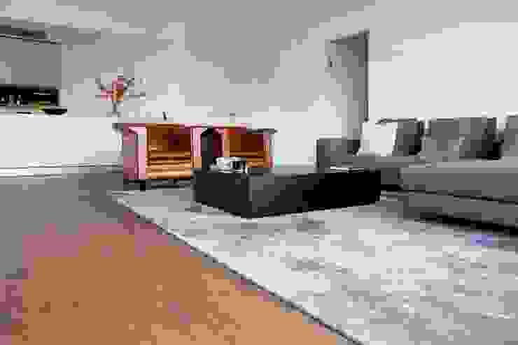 Houten vloer in woonkamer Moderne woonkamers van BVO Vloeren Modern