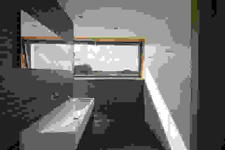 Badkamer met uitzicht over de polder Moderne badkamers van VVKH Architecten Modern