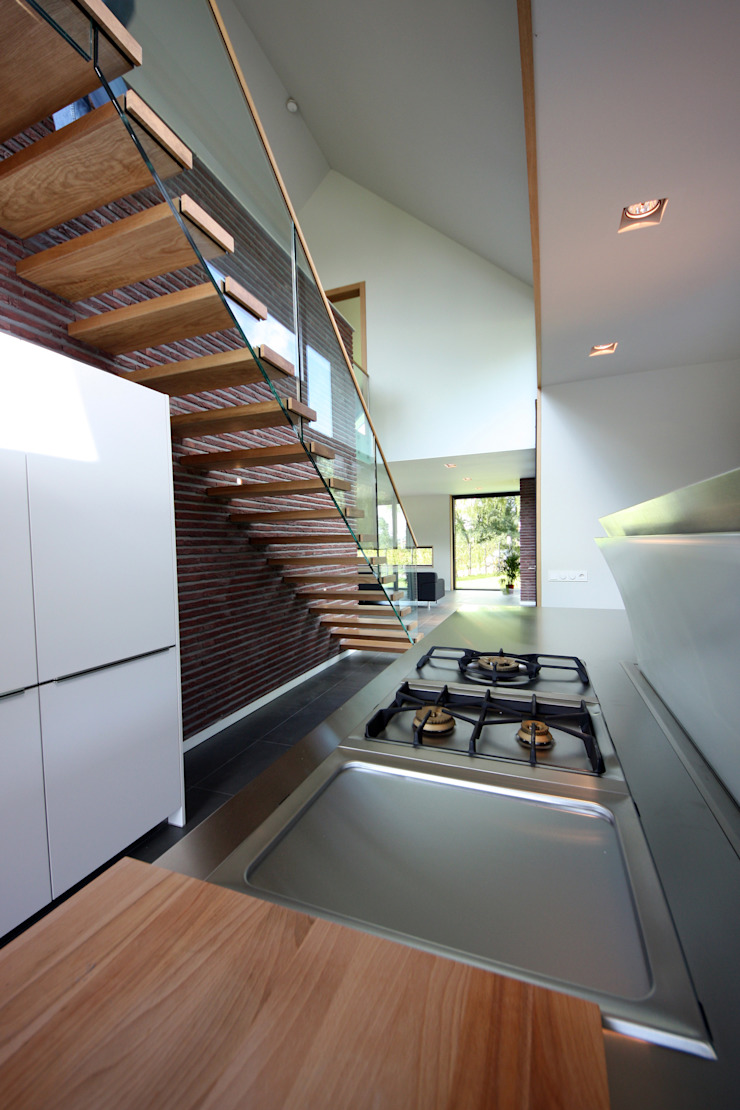 uitkragende trap en glazen balustrade Moderne keukens van VVKH Architecten Modern