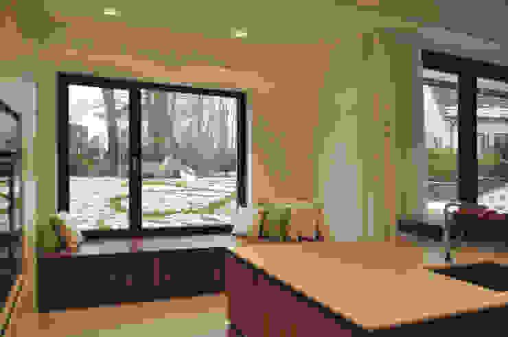 Blick aus der Küche Moderne Küchen von Lecke Architekten Modern