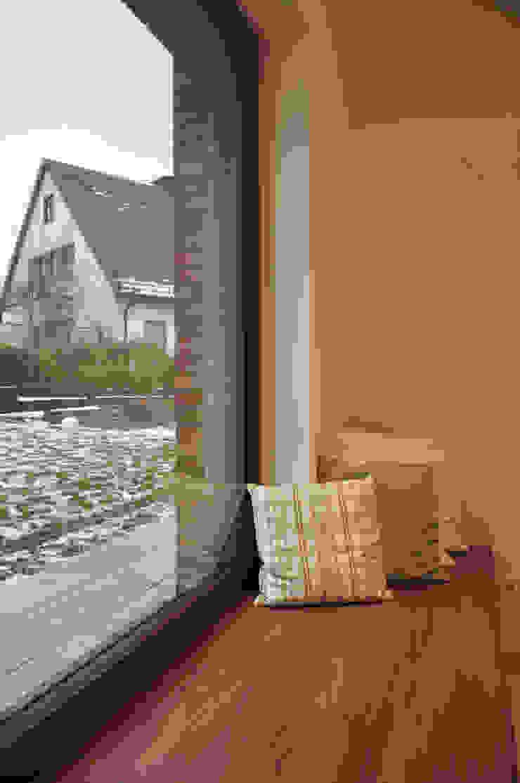 Sitzbank im Panoramafenster Moderne Wohnzimmer von Lecke Architekten Modern