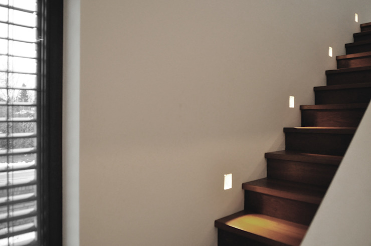 Holztreppe mit LED-Spots Moderner Flur, Diele & Treppenhaus von Lecke Architekten Modern