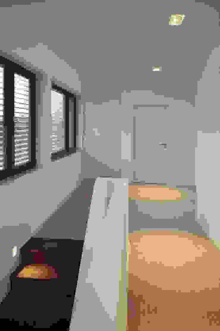 Flur mit Teppichboden, Einbauschränken und Panoramafenstern Moderner Flur, Diele & Treppenhaus von Lecke Architekten Modern