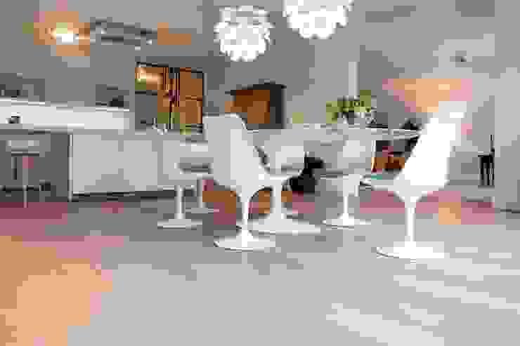 Eiken vloer in woonkamer Moderne eetkamers van BVO Vloeren Modern
