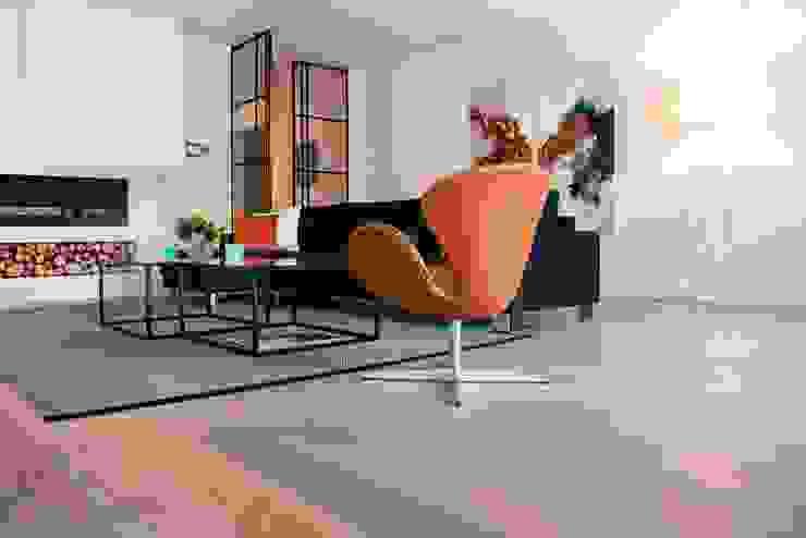 Eiken vloer in woonkamer Moderne woonkamers van BVO Vloeren Modern