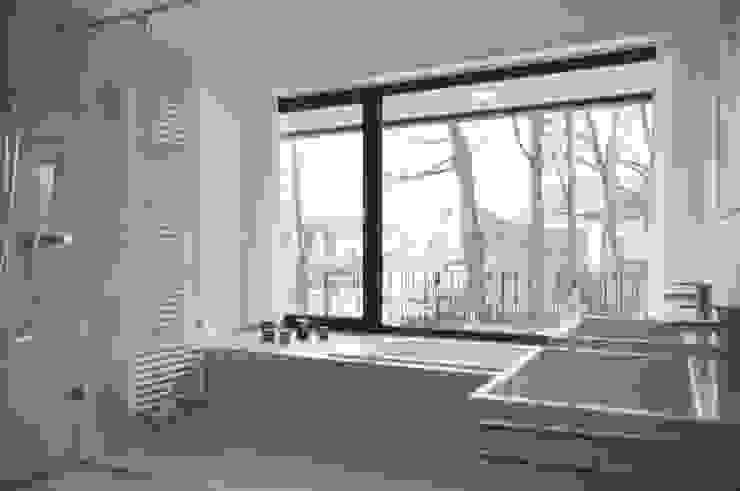 Badezimmer mit Panoramafenster Moderne Badezimmer von Lecke Architekten Modern