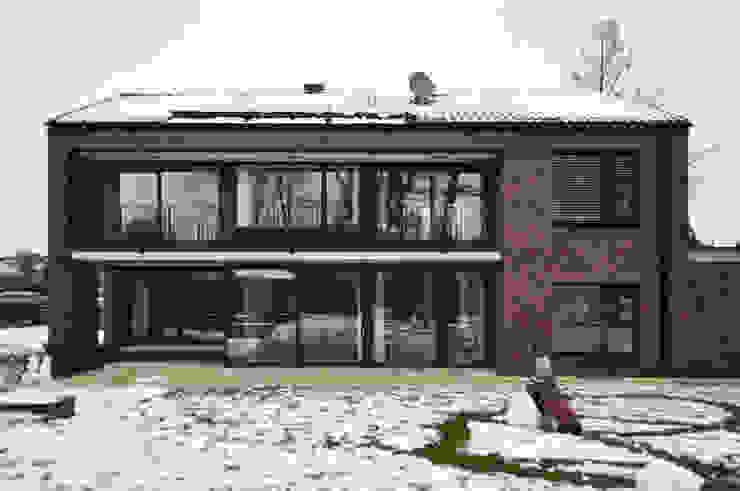 Gartenseite mit großzügiger Loggia und weitläufiger Terrasse Moderne Häuser von Lecke Architekten Modern