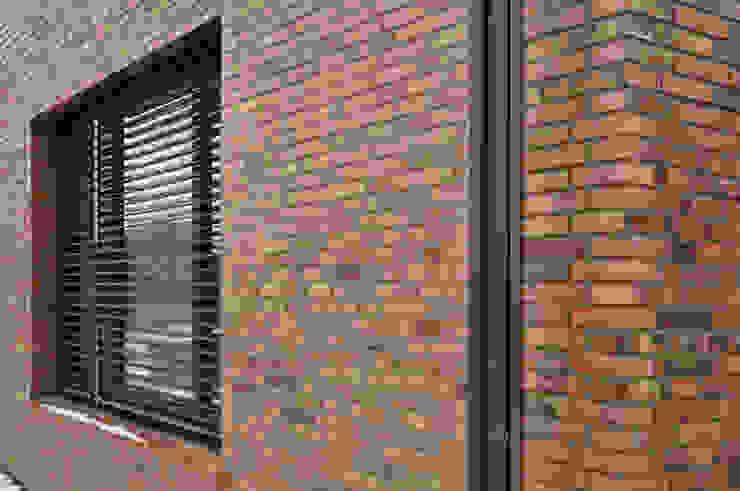 Klinkerfassade mit eingemauerter Dachrinne Moderne Häuser von Lecke Architekten Modern