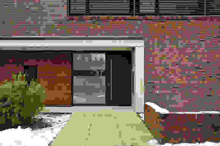 Eingang mit Sichtbeton und Klinker Moderne Häuser von Lecke Architekten Modern