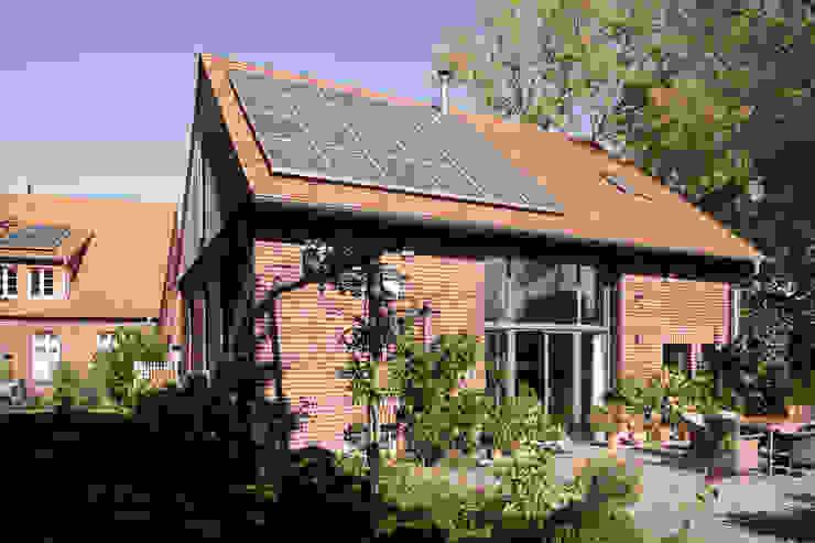 Ehemalige Scheune mit neuem Dach und Photovoltaikanlage Landhäuser von Lecke Architekten Landhaus