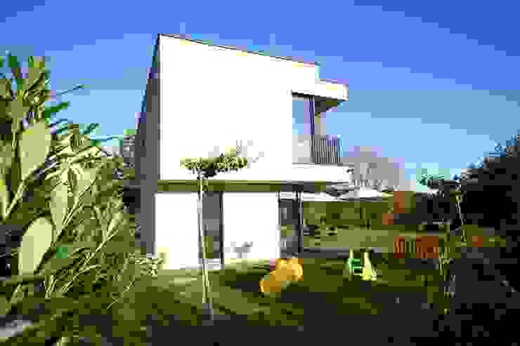 geschlossen zur Straße Moderne Häuser von KARL+ZILLER Architektur Modern