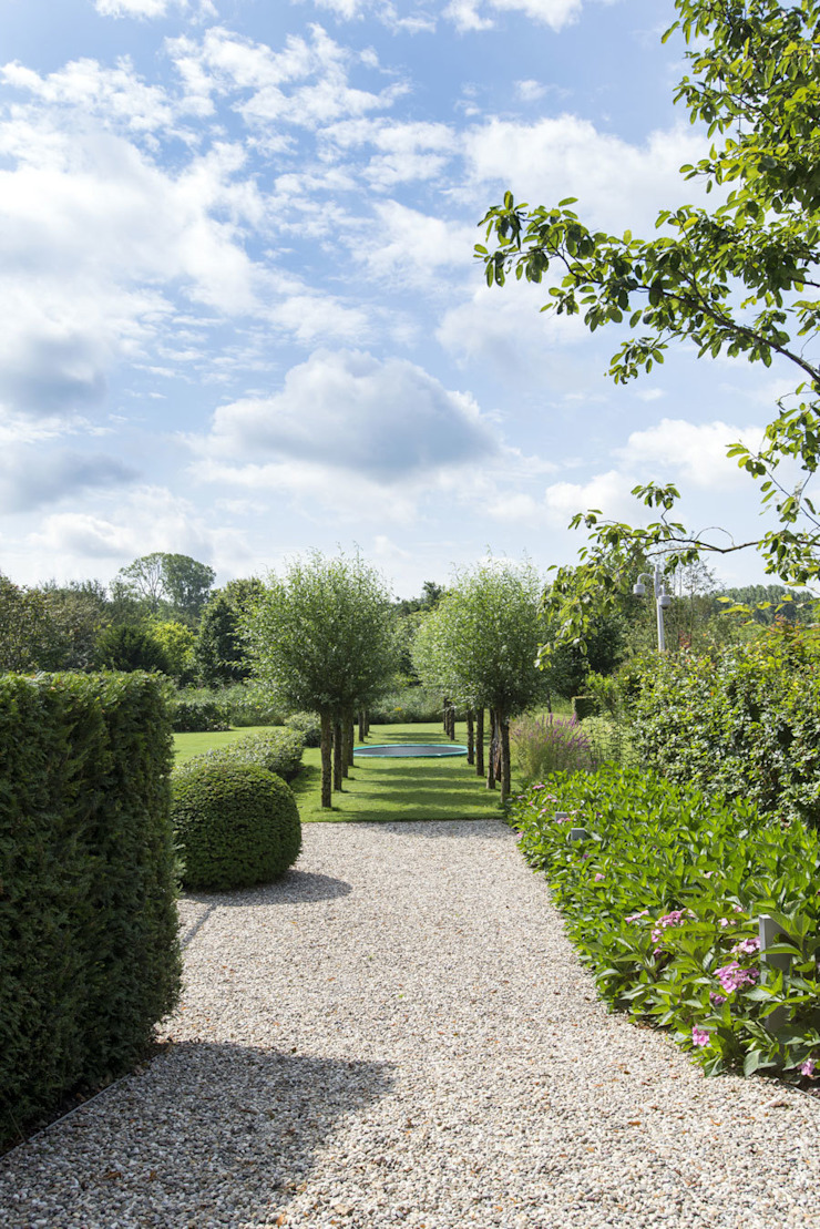 Country style garden by De Rooy Hoveniers Country