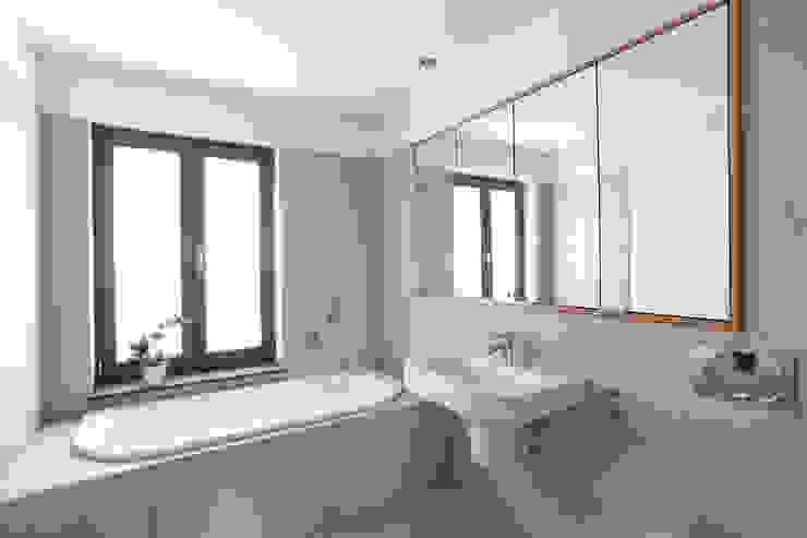 Badezimmer mit individueller Ausstattung Moderne Badezimmer von Lecke Architekten Modern