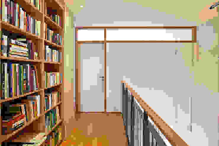 Galerie im Obergeschoss mit Bibliothek und Luftraum Moderner Flur, Diele & Treppenhaus von Lecke Architekten Modern