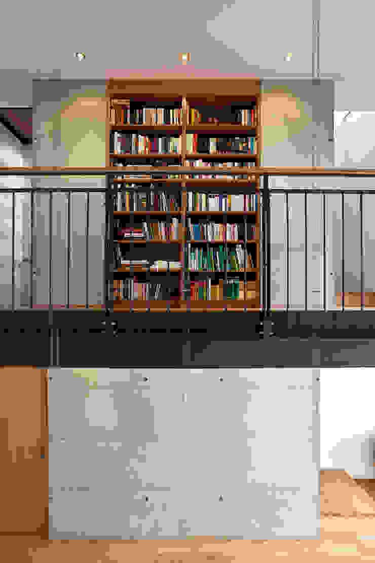 Großzügige Galerie mit Bibliothek und Oberlicht Moderner Flur, Diele & Treppenhaus von Lecke Architekten Modern