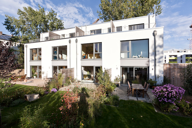 Südwest Seite mit privaten Gärten und Dachterrassen Moderne Häuser von Lecke Architekten Modern
