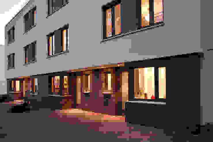 Nordost Fassaden mit privaten Eingangsbereichen und eigenem Stellplatz Moderne Häuser von Lecke Architekten Modern