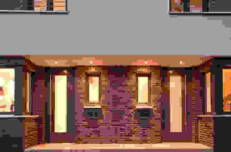 Großzügiger Eingangsbereich mit Klinker und LED-Spots Moderne Häuser von Lecke Architekten Modern