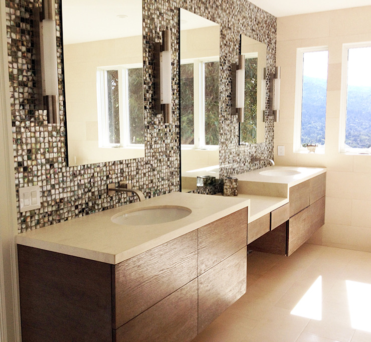 Black Lip Mother of Pearl in Bathroom Renovation in Kentfield, California, USA Baños de estilo moderno de ShellShock Designs Moderno