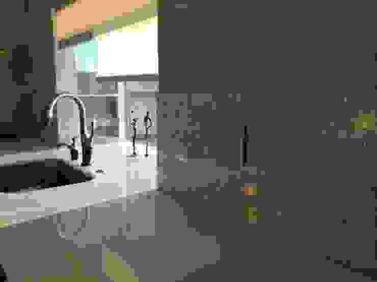 Pure White Freshwater Mother of Pearl in Crazy Pattern Panels. Baños de estilo moderno de ShellShock Designs Moderno