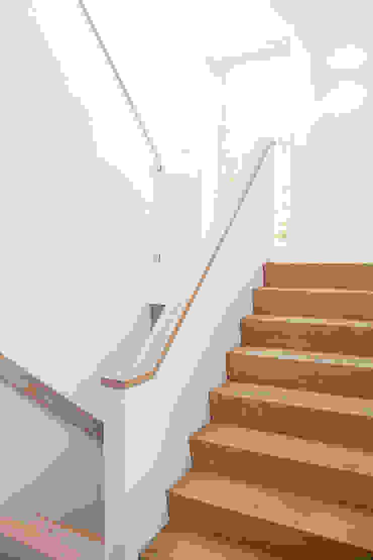 Moderne trap Minimalistische gangen, hallen & trappenhuizen van Archstudio Architecten | Villa's en interieur Minimalistisch Hout Hout