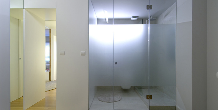 Piso en Konbenio.. Baños de estilo moderno de Estudio TYL Moderno