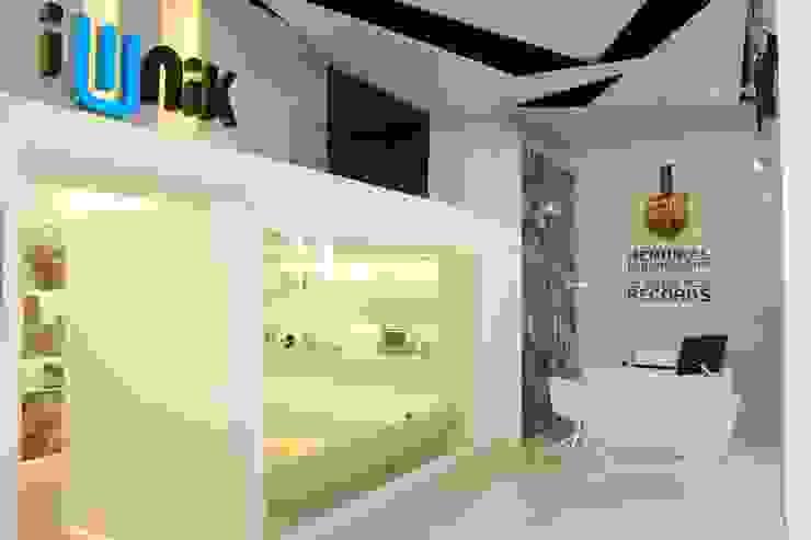 iUNIK store Barcelona Oficinas y tiendas de estilo moderno de The Pont design Moderno