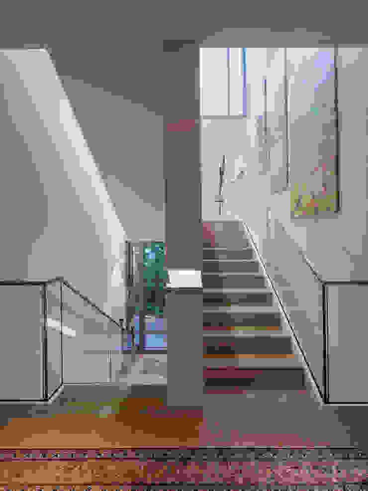 Treppenraum EG ARCHITEKTEN BRÜNING REIN Moderner Flur, Diele & Treppenhaus