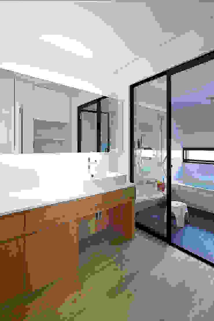 House – KT モダンスタイルの お風呂 の 佐々木達郎建築設計事務所 モダン