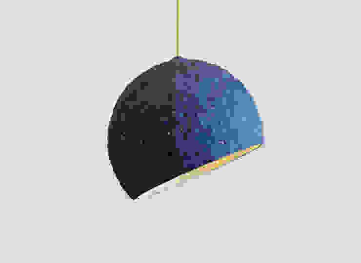 """Wisząca lampa z papier mache """"Pluto"""" od Crea-re Studio Industrialny"""