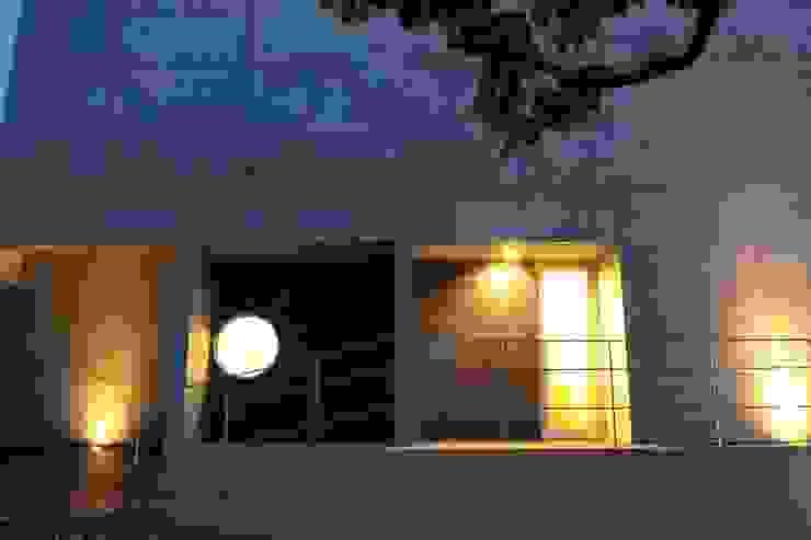2つの中庭と大きなデッキスペースのある家(渋谷の家) モダンな 家 の 大島功市建築研究所 一級建築士事務所 モダン