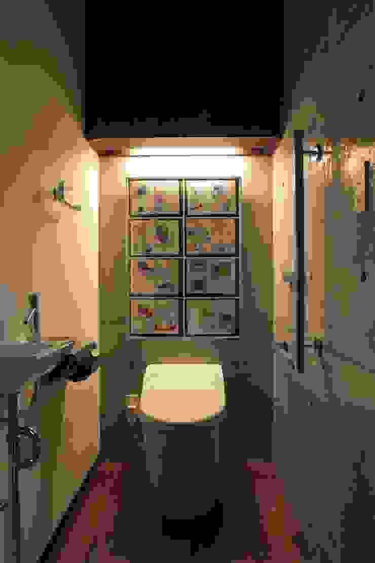 2つの中庭と大きなデッキスペースのある家(渋谷の家) モダンスタイルの お風呂 の 大島功市建築研究所 一級建築士事務所 モダン