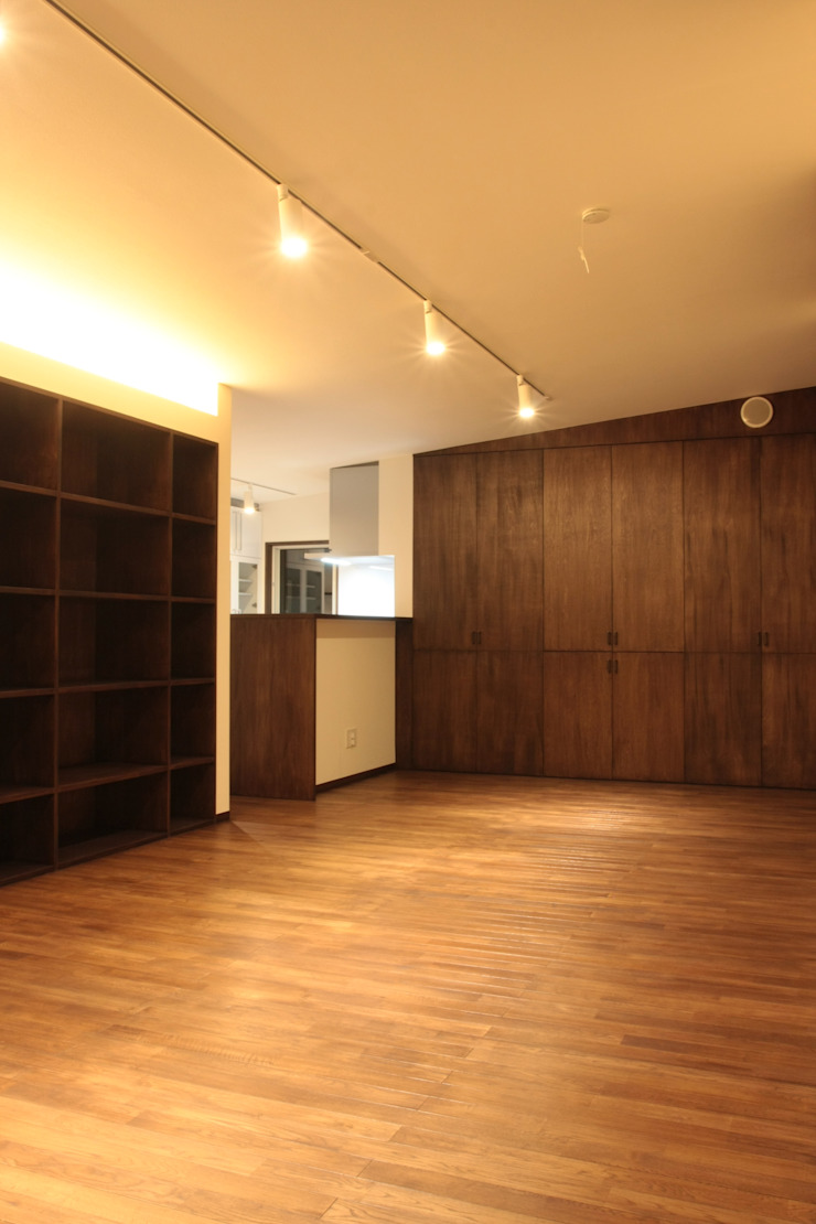 大きな土間空間のある家(横須賀の家) モダンデザインの リビング の 大島功市建築研究所 一級建築士事務所 モダン