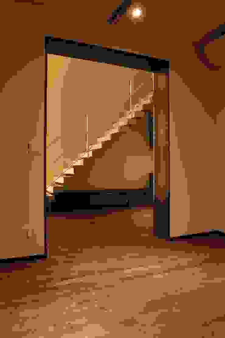 2つの中庭と大きなデッキスペースのある家(渋谷の家) モダンスタイルの 玄関&廊下&階段 の 大島功市建築研究所 一級建築士事務所 モダン