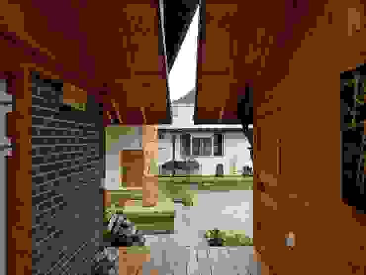 문턱이 닳는 집  VOL04당림리공방주택: a0100z space design의  베란다,한옥